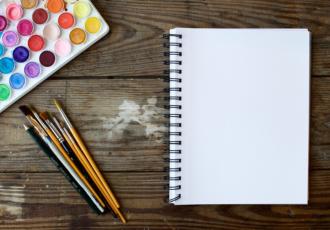 palette de couleur, pinceaux et feuille blanche