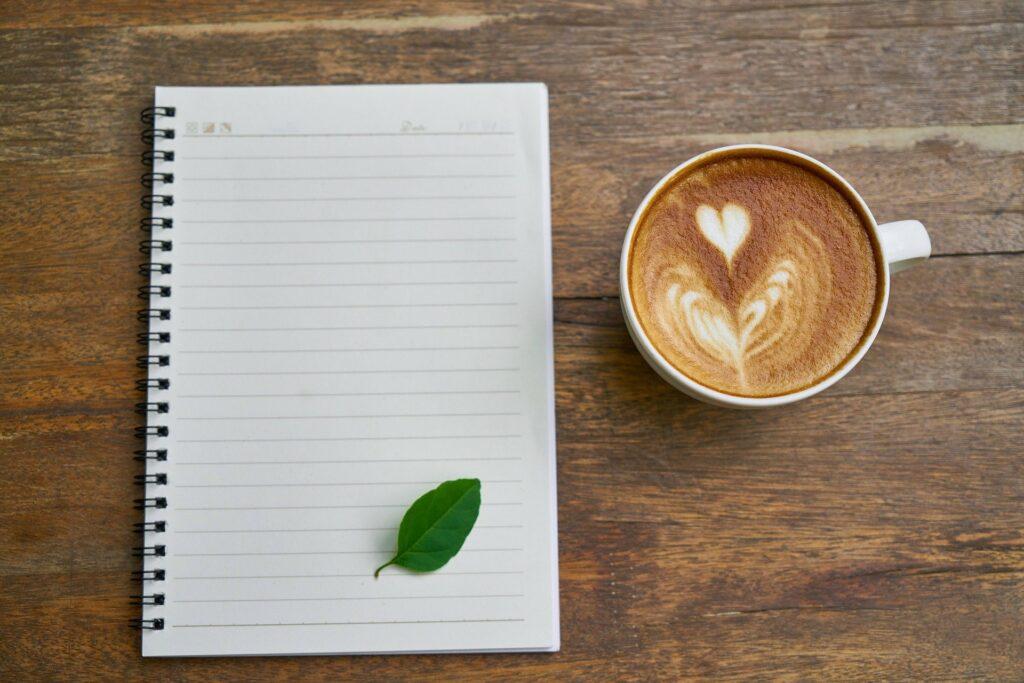 travail ; tasse de café ; assiduité ; feuille
