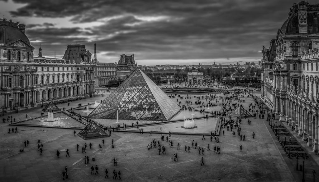 Musée du Louvre à Paris, esplanade de la pyramide