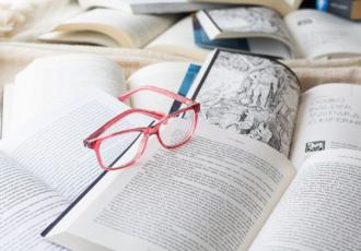 piles de livres avec lunettes roses