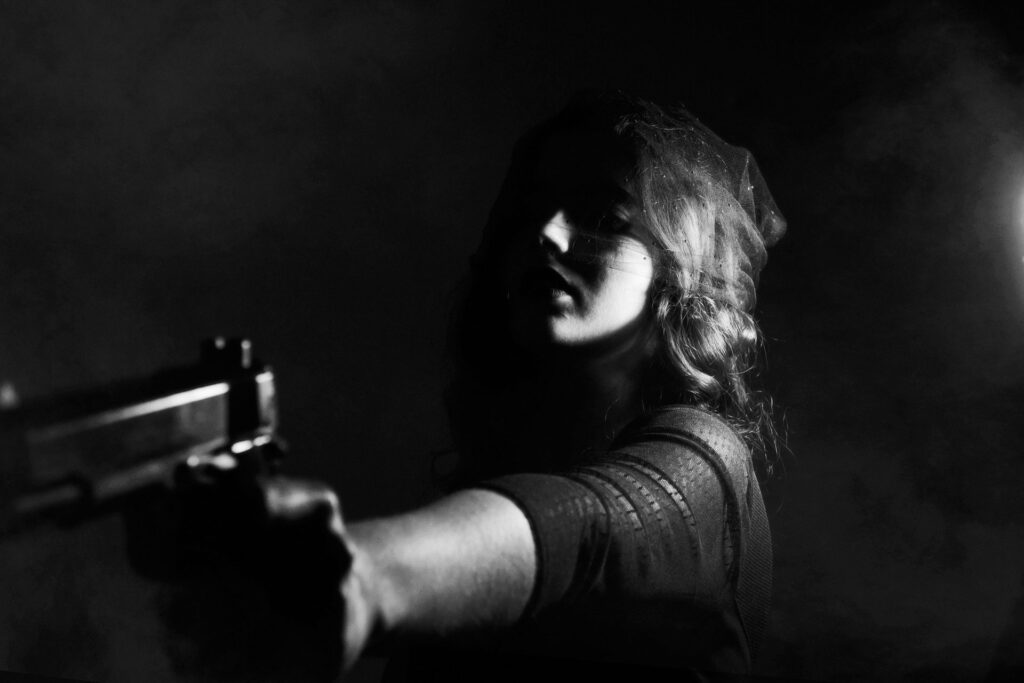 Femme au revolver pour illustrer Romanzo Criminal, le roman de Gancarlo de Cataldo sur la mafia de Rome