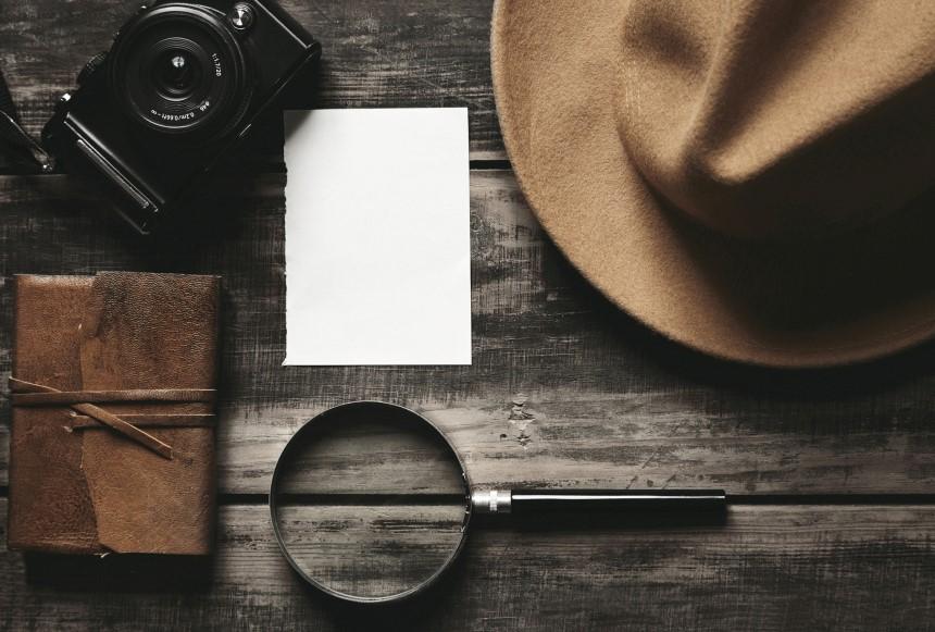 Appareil photo, loupe et chapeau : Agent greffe au Ministère de l'Intérieur - un métier d'enquêtes - portrait de métier #5 pour Place plume
