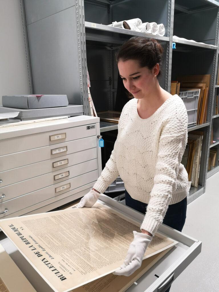 Portrait d'Agathe Moyet dans les réserves du musée George Sand et de la Vallée Noire - Portrait de métier #6 – Chargée d'études documentaires et d'inventaire
